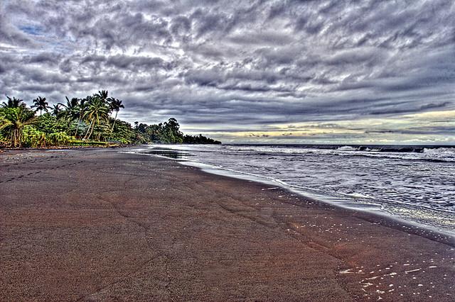 Limbe black sand - plage Cameroun