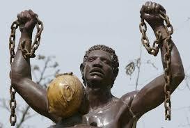Une statue représentant la lib