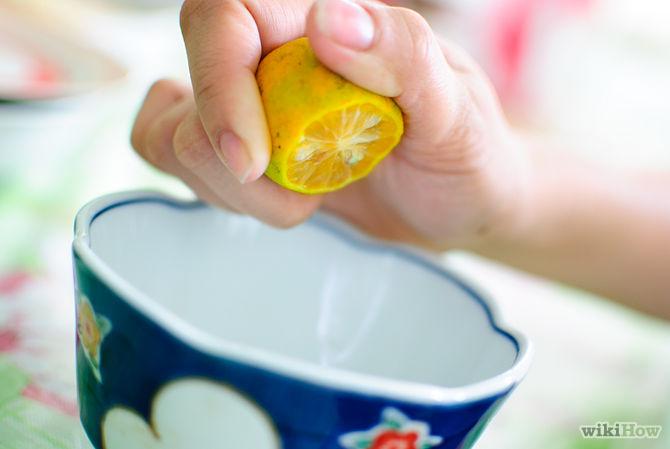 Déposer une petite quantité de jus de citron dans un récipient-Use-Lemon-Juice-to-Lessen-Acne-and-Heal-Acne-Scars-Step-2