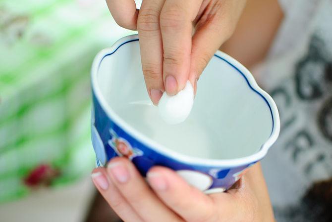 NE PAS utiliser votre doigt pour appliquer le jus de citron. Les huiles de vos doigts peuvent contrecarrer l'efficacité-bullet1