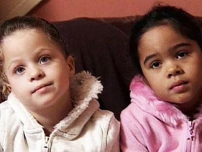 Miyah et Leah-des jumeaux de peaux noirs et blancs 2