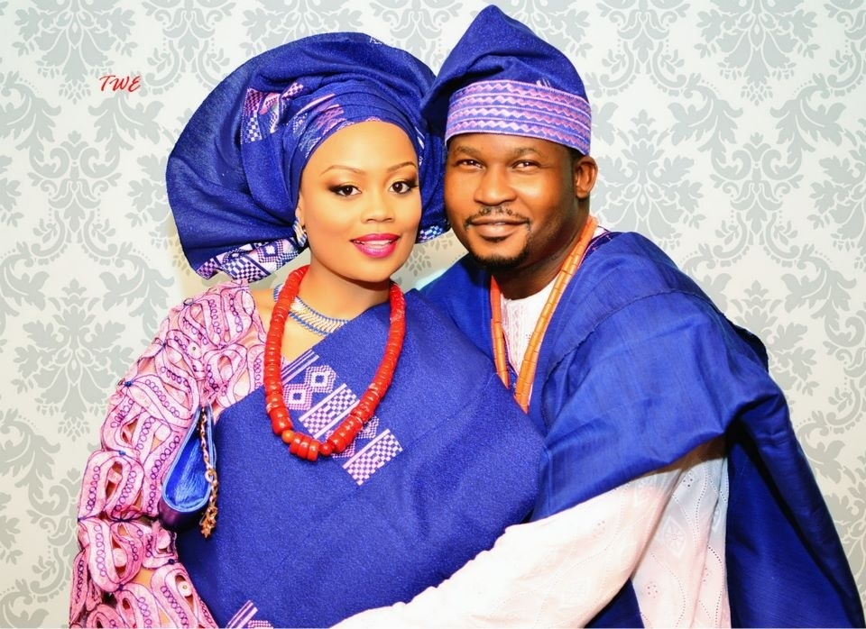 Couple en tenue traditionnelle africaine