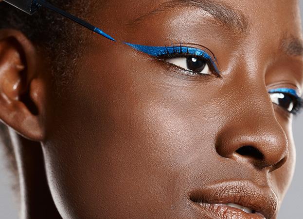 eyeliner bleu femme noire