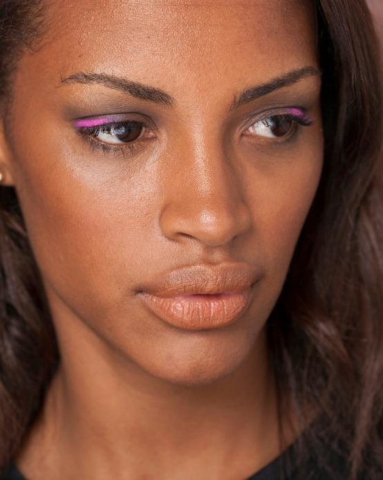 eyeliner rose femme noire