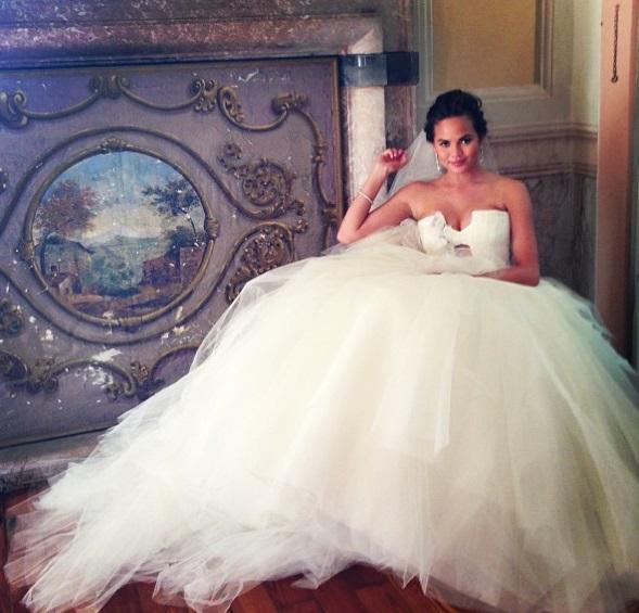 Chrissy Teigen a épousé le chanteur Jhon Legend à la villa Pizzo sur le  lac de Côme en Italie. Chrissy Teigen portait 3 robes signées Vera Wang.