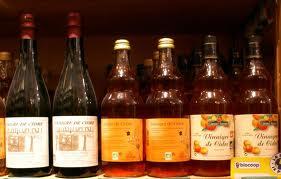 Les bouteilles de vinaigre de cidre