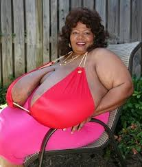 Annie Hawkins - la femme aux plus gros seins du monde 2
