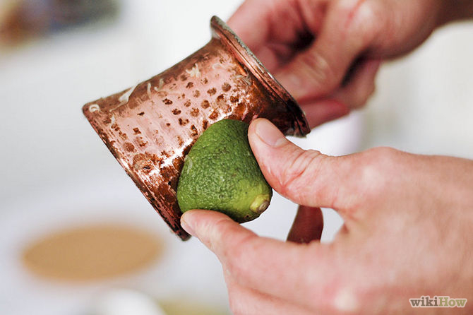 Frottez les zones terni à l'aide du citron-Clean-Copper-Step-2