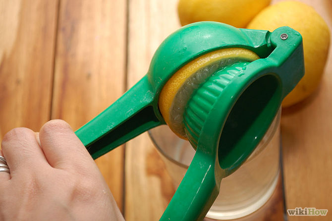 Presser le jus de citron dans un bol ou une tasse-Make-Lemon-Juice-Step-3