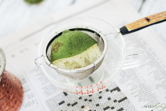 Presser le jus de citron d'un citron-Clean-Copper-Step-1