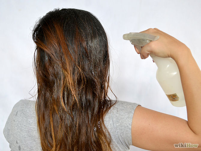 Vaporisez le mélange sur vos cheveux jusqu'à ce que vos cheveux sont humide.-Use-Lemon-Juice-to-Lighten-Hair-Step-2-Version-2