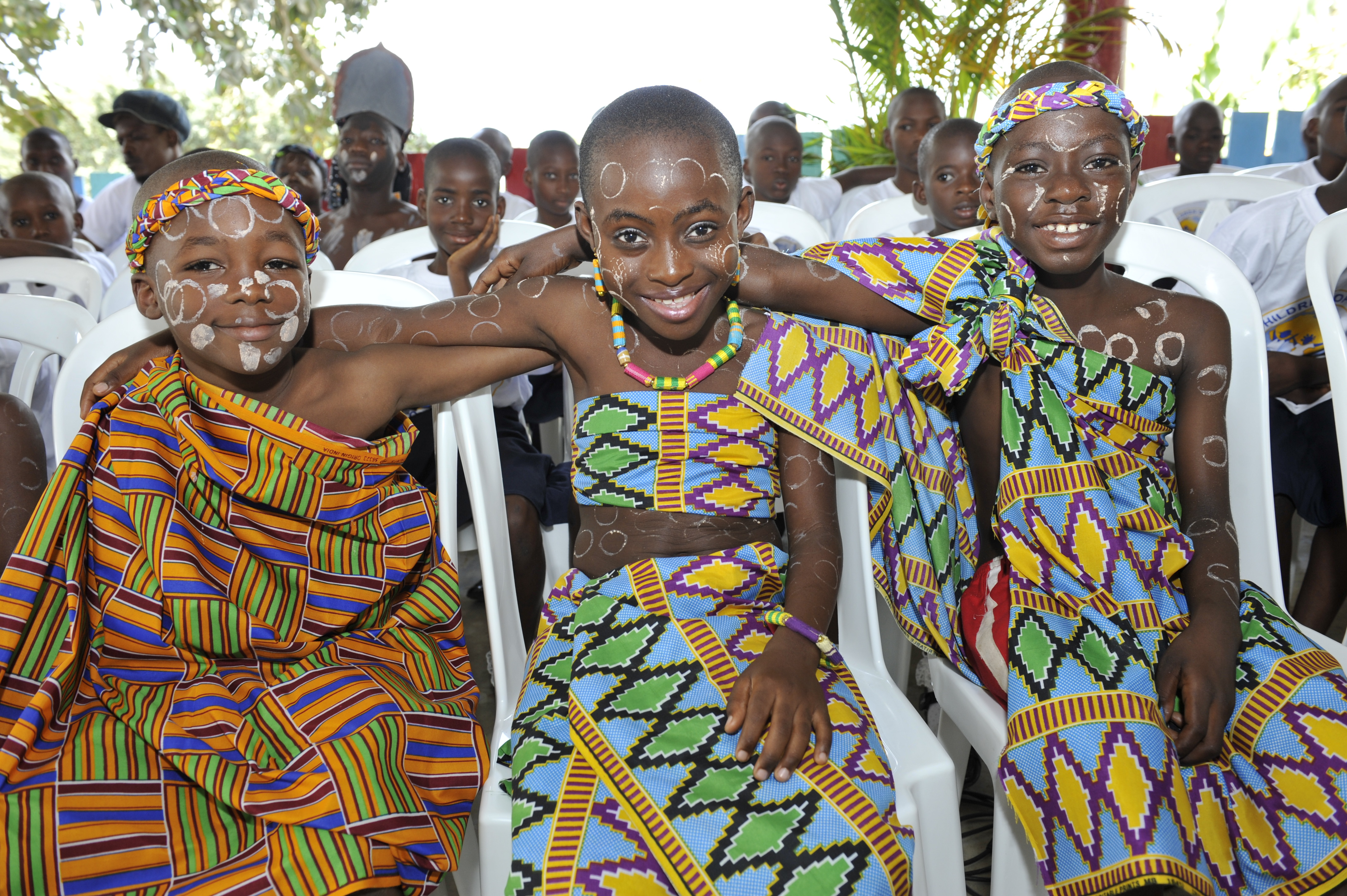 les-enfants-de-la-case-en-tenue-traditionnelle-baoule_0