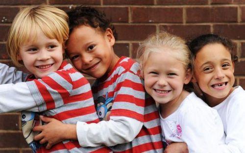 des jumeaux de peaux noirs et blancs 3