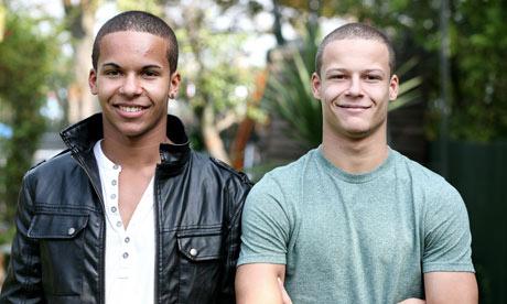 des jumeaux de peaux noirs et blancs
