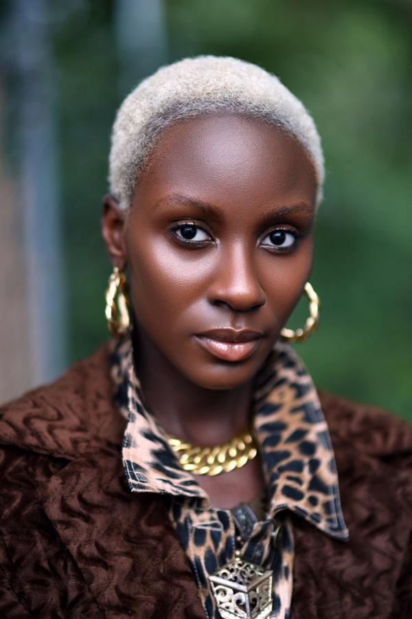 Belle Et Rayonnante Avec Les Cheveux Gris  Femme Noire -3375
